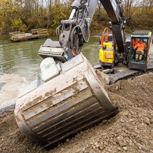 Eine ehemalige Kiesgrube neben dem Linthkanal bei Benken wurde 2020 für Amphibien aufgewertet. Ein Bagger hat das steile Ufer neu modelliert. In der flachen Uferzone können fortan Erdkröten ihren Laich ablegen. Bild: ANJF, Nicolas Zonvi